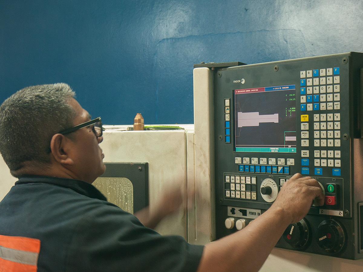 Tornos CNC para fabricar piezas de alta precisión y en grandes volúmenes.